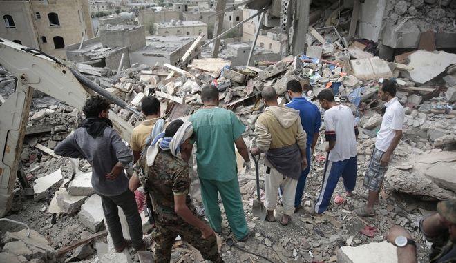 Υεμένη: Αεροσκάφη του διεθνούς συνασπισμού βομβάρδισαν υπουργείο
