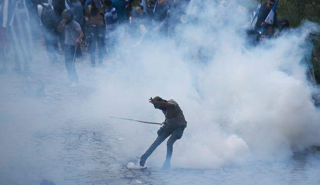 Επεισόδια στο Πισοδέρι ανάμεσα σε διαδηλωτές και αστυνομικούς, μετά την υπογραφή της συμφωνίας για το Σκοπιανό στις Πρέσπες