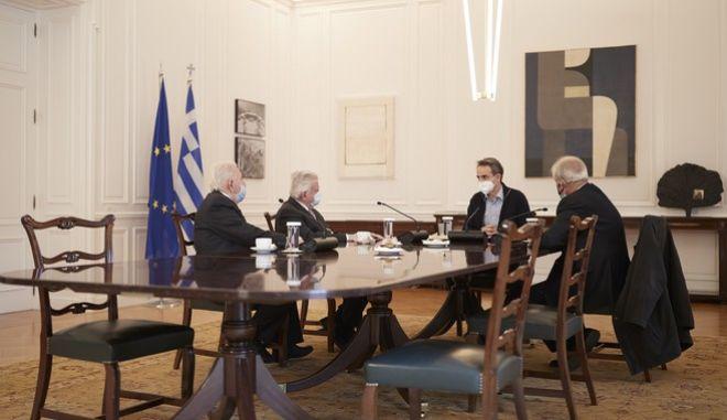 Ο πρωθυπουργός Κυριάκος Μητσοτάκης με εκπροσώπους συνταξιούχων