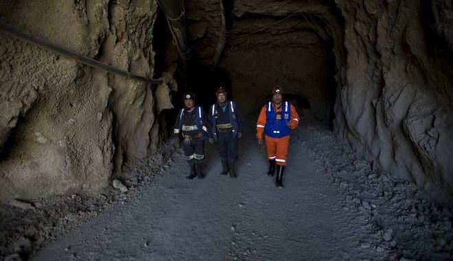 Ανθρακωρύχοι βγαίνουν από ορυχείο μετά από ανάλογο ατύχημα στη Βολιβία, τον Απρίλιο του 2018
