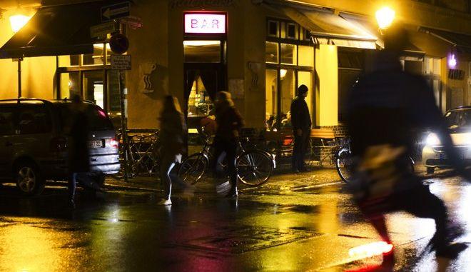 Άνθρωποι περνούν έξω από μπαρ στη Γερμανία