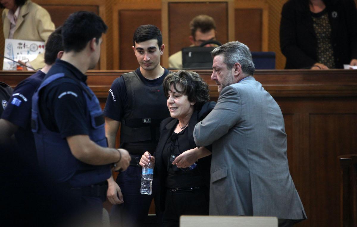 Υποβασταζόμενη η Μάγδα Φύσσα, μητέρα του δολοφονημένου Παύλου Φύσσα, κατεβαίνει από το βήμα στην δίκη της