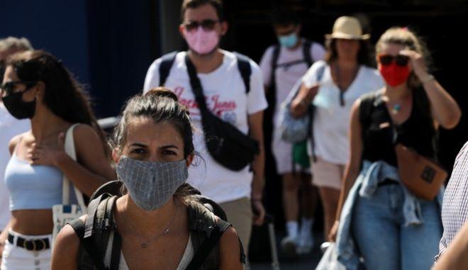 Άνθρωποι με μάσκα στην Αθήνα