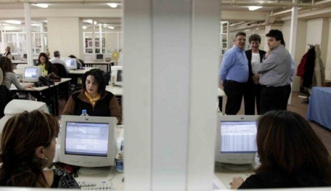 Ως μισθωτοί θα φορολογούνται οι δημόσιοι υπάλληλοι για τα εκτός έδρας