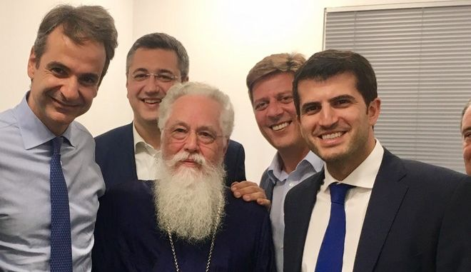 Καθηγητής του Μητσοτάκη στο Κολέγιο Αθηνών, ο ιερέας που έκανε τον αγιασμό στα νέα γραφεία της ΝΔ