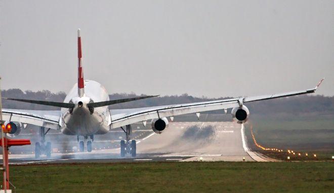 Κορονοϊός: Έβηξε επιβάτης, προσγειώθηκε το αεροσκάφος