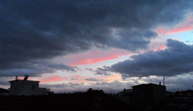 Σύννεφα στην δύση του ηλίου πάνω από την πόλη των Τρικάλων. (EUROKINISSI/ΘΑΝΑΣΗΣ ΚΑΛΛΙΑΡΑΣ)