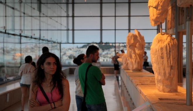 Η Φιλαρμονική Ορχήστρα Πνευστών του Δήμου Αθηναίων πραγματοποίησε την Πέμπτη 20 Ιουνίου 2013 συναυλία στον προαύλιο χώρο του Μουσείου Ακρόπολης, το οποίο συμπλήρωσε 4 χρόνια λειτουργίας. Διατηρώντας την παράδοση των υπαίθριων συναυλιών, η Φιλαρμονική Ορχήστρα Πνευστών πλαισίωσε μουσικά την ξενάγηση των επισκεπτών του μουσείου, προτείνοντας ένα μουσικό ταξίδι σε γνωστές και αγαπημένες μελωδίες από το παγκόσμιο ρεπερτόριο για μπάντα. (EUROKINISSI/ΚΩΣΤΑΣ ΚΑΤΩΜΕΡΗΣ)
