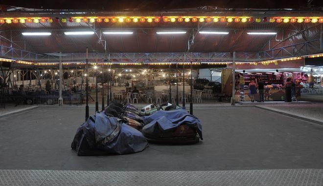 """Συγκρουόμενα αυτοκινητάκια στο λούνα πάρκ του Πανηγυριού στην πόλη των Τρικάλων την Τετάρτη 20 Σεπτεμβρίου 2017. Μπορεί η οικονομική κατάσταση των Τρικαλινών να είναι στα χειρότερα της, ωστόσο το β¦παζάρι αποτελεί τόπο """"έλξης"""" αλλά και μια ευκαιρία για διασκέδαση που θα δώσει λίγες ώρες χαλάρωσης. Η ετήσια εμποροπανήγυρη των Τρικάλων, είναι ένας θεσμός που αποτελεί μια ολόκληρη ιστορία για την πόλη και τον νομό. Η σπουδαιότητα και η σημασία της υπήρξε ανέκαθεν σημαντική για την εμπορική κίνηση της περιοχής καθώς έμποροι, βιομήχανοι, βιοτέχνες και διάφοροι άλλοι επαγγελματίες, αλλά και οι παραγωγοί για μια εβδομάδα βρίσκονταν σε διαρκή κίνηση συναλλαγών, αναζωογονώντας έτσι την οικονομία της πόλης των Τρικάλων. Το """"Τρικαλινό Παζάρι"""" όπως το γνωρίζουν οι περισσότεροι, μετρά 130 χρόνια παρουσίας στην τοπική κοινωνία της πόλης, και αποτελεί, μια από τις κορυφαίες εμπορικές δραστηριότητες, με σημαντικά οφέλη για την πόλη αλλά και για το νομό Τρικάλων. Η καθιέρωσή του ταυτίζεται με την απελευθέρωση της πόλης των Τρικάλων από τους Τούρκους.  (EUROKINISSI/ΘΑΝΑΣΗΣ ΚΑΛΛΙΑΡΑΣ)"""