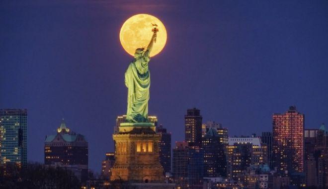 Πανσέληνος στη Νέα Υόρκη την εποχή του κορονοϊού