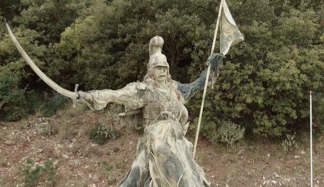 """Ραμοβούνι Μεσσηνίας. Ο """"λαβωμένος"""" ανδριάντας του Θέοδωρου Κολοκοτρώνη στον τόπο της γέννησης του"""