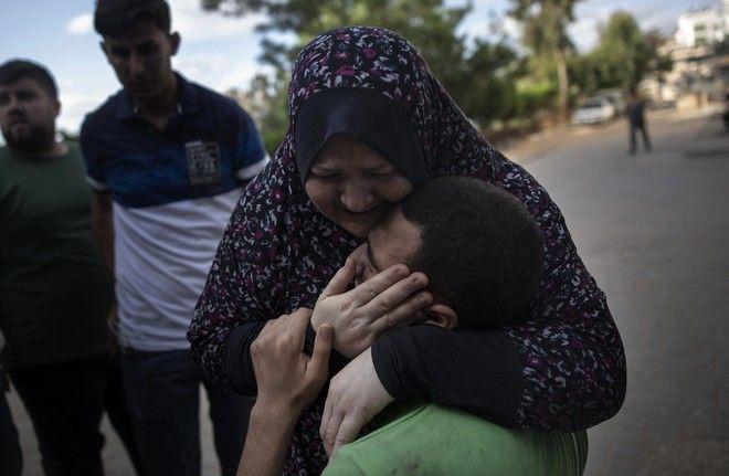 Άνθρωποι θρηνούν συγγενή τους που σκοτώθηκε από ισραηλινά πυρά