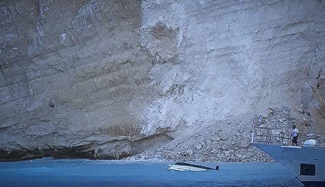 Κατολίσθηση βράχου στην παραλία Ναυάγιο στην Ζάκυνθο