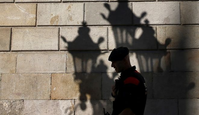 A Catalan police officer stands guard at the entrance of the Palau Generalitat in Barcelona, Spain, Monday Oct. 30, 2017. Catalonia's civil servants face their first full work week since Spain's central government overturned an independence declaration by firing the region's elected leaders. (AP Photo/Manu Fernandez)