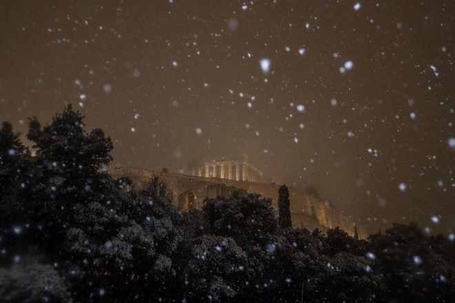 Νιφάδες χιονιού στη λαμπερή Ακρόπολη. 