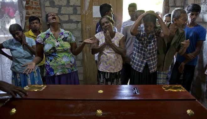 Συγγενείς θύματος των επιθέσεων στη Σρι Λάνκα πάνω από το φέρετρο