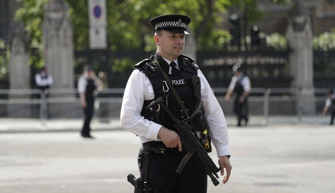 Αστυνομικοί έξω από το Βρετανικό Κοινοβούλιο