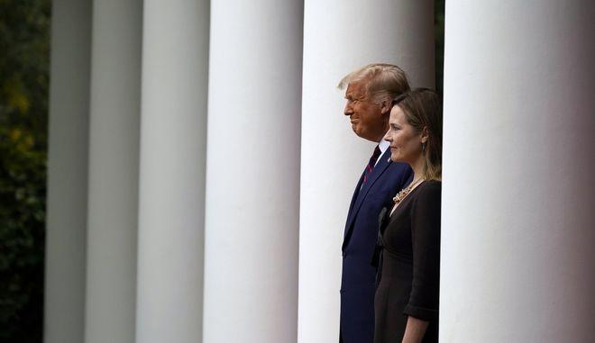 Ο Ντόναλντ Τραμπ και η Έιμι Κόνεϊ Μπάρετ