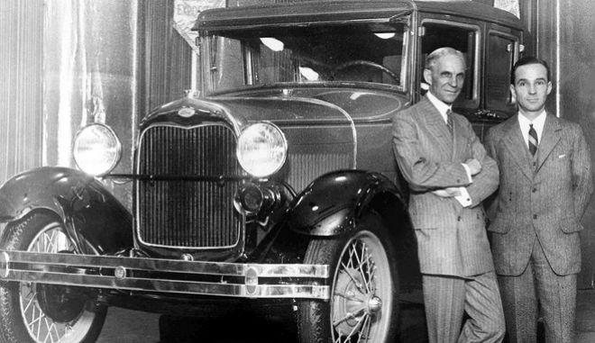 O Henry Ford, αριστερά με τον γιο του, Ίντσελ σε μια από τις εκθέσεις αυτοκινήτων της Ford στις ΗΠΑ, τον Γενάρη του 1928 -δυο χρόνια μετά την καθιέρωση του πενθήμερου και των 40 ωρών εργασίας.