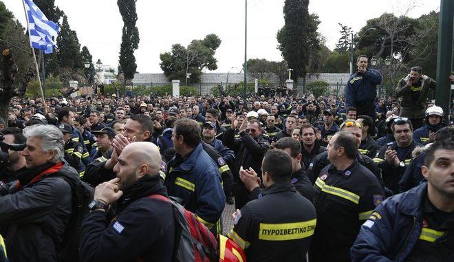 Ένταση στο υπουργείο Διοικητικής Μεταρρύθμισης κατα την πανελλαδική συγκέντρωση διαμαρτυρίας, από πυροσβέστες πενταετούς υποχρέωσης, την Τετάρτη 8 Φεβρουαρίου 2017. Η ένταση προκλήθηκε όταν οι πυροσβέστες είδαν μια διμοιρία των ΜΑΤ να φρουρεί την είσοδο του υπουργείου. Τους ζήτησαν να αποχωρήσουν και όταν οι αστυνομικοί δεν το έκαναν εξοργίστηκαν και επιχείρησαν να εισβάλουν σπάζοντας τις τζαμαρίες και σηκώνοντας τα ρολά που είχαν κατεβάσει για να τους εμποδίσουν. Η θητεία των 4.000 πυροσβεστών, που προσλήφθηκαν στις 10 Φεβρουαρίου 2012, λήγει την Πέμπτη και όπως τονίζουν, κινδυνεύουν να βρεθούν στον δρόμο, εάν δεν μονιμοποιηθούν όσοι το δικαιούνται, σύμφωνα με τον νόμο ή δεν ανανεωθούν οι συμβάσεις των υπολοίπων. (EUROKINISSI/ΣΤΕΛΙΟΣ ΜΙΣΙΝΑΣ)