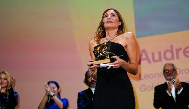 H Audrey Diwan κρατά στα χέρια της τον Χρυσό Λέοντα