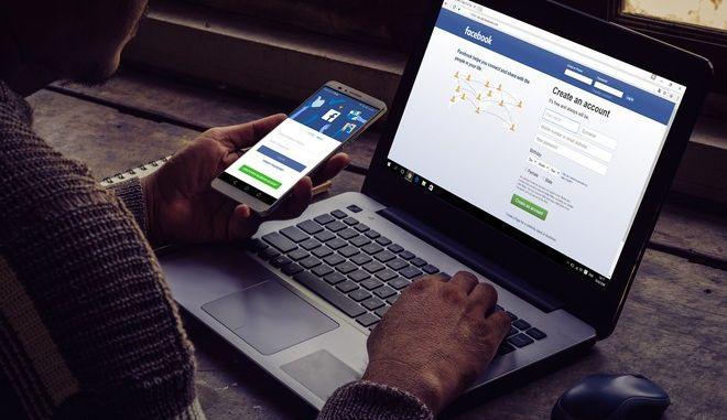 Άντρας χρησιμοποιεί το Facebook (φωτογραφία αρχείου)