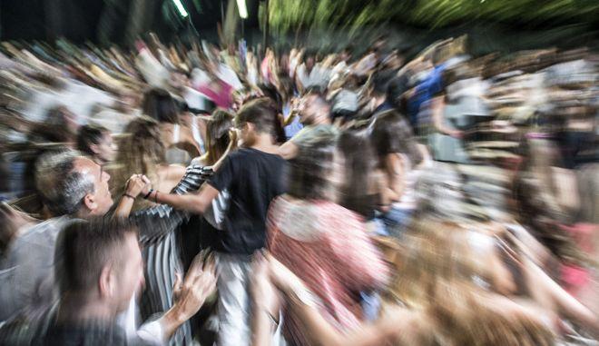 Υπέρ της απαγόρευσης των πανηγυριών η πλειοψηφία των Ελλήνων
