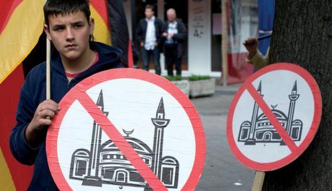 Ένας στους δύο Γερμανούς θεωρεί απειλή το Ισλάμ