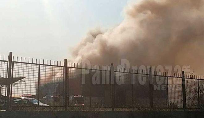 Πρέβεζα: Φωτιά σε αποθήκη ανακυκλώσιμων υλικών - Μαύροι καπνοί πνίγουν την πόλη