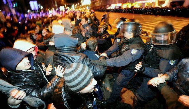 Χάος στη Ρουμανία: Οδομαχίες αστυνομίας – διαδηλωτών