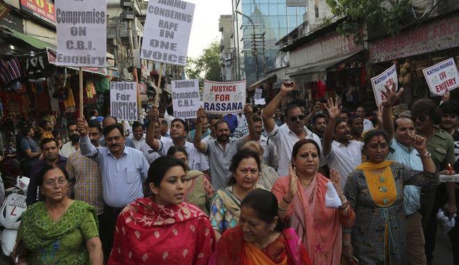 Φωτογραφία από πορεία διαμαρτυρίας για τον βιασμό και το φόνο ενός 8χρονου κοριτσιού στην Ινδία