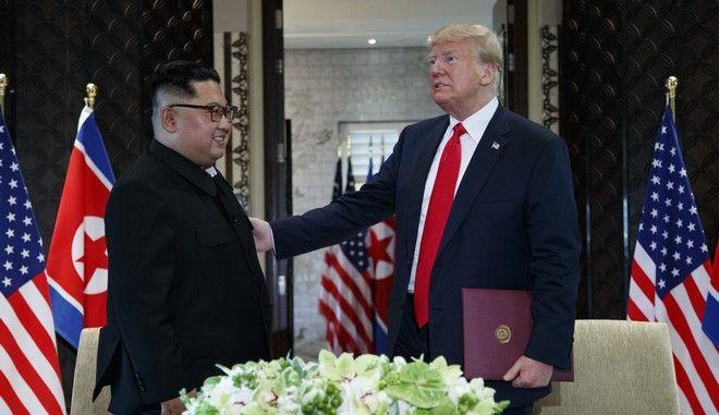 Ο Αμερικανός πρόεδρος Ντόναλντ Τραμπ και ο ηγέτης της Β. Κορέας Κιμ Γιονγκ Ουν κατά τη συνάντησή τους στη Σιγκαπούρη τον Ιούνιο του 2018