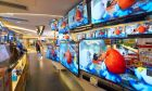 Τηλεοράσεις σε κατάστημα ηλεκτρικών. Φωτογραφία αρχείου