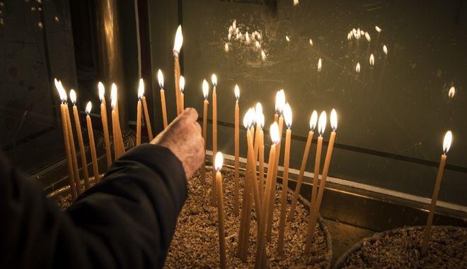 Κεριά σε εκκλησία (φωτογραφία αρχείου)