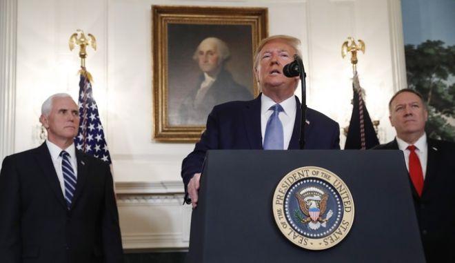 Ο Τραμπ κατά τη διάρκεια δηλώσεών του στο Λευκό Οίκο. Πίσω του ο αντιπρόεδρος Μάικ Πενς και ο ΥΠΕΞ Μάικ Πομπέο
