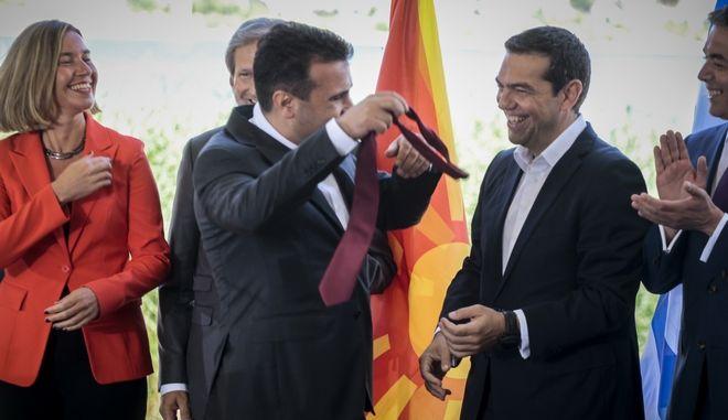Υπογραφή της συμφωνίας για την ονομασία της πΓΔΜ από τους Υπουργούς Εξωτερικών της Ελλάδας και της πΓΔΜ, Νίκο Κοτζιά και Νικολά Ντιμιτρόφ και τον Ειδικό Διαμεσολαβητή του ΟΗΕ, Μάθιου Νίμιτς