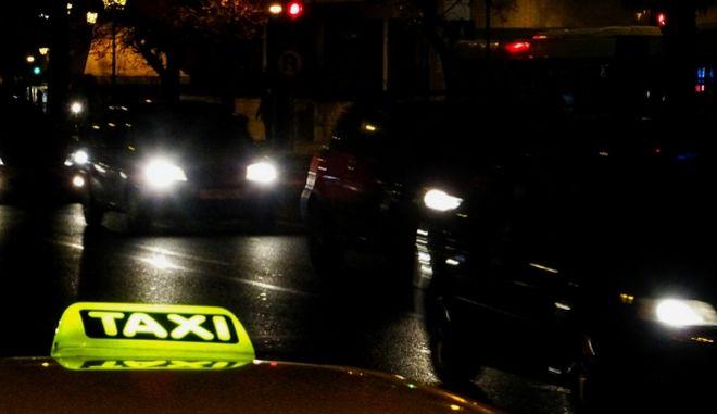 Φωτεινή πινακίδα σε ταξί στην Αθήνα.