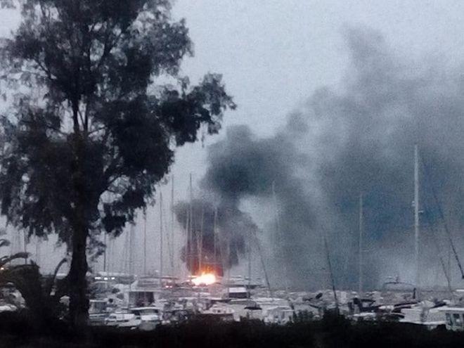 Πάτρα: Φωτιά στο παλιό λιμάνι - Καίγονται ιστιοφόρα