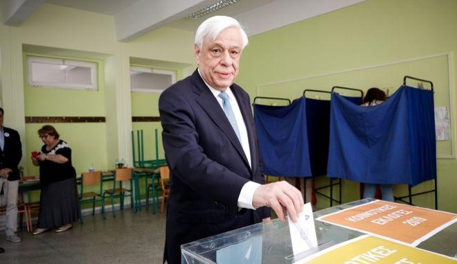 Ο πρόεδρος της Δημοκρατίας, Προκόπης Παυλόπουλος, κατά την άσκηση του εκλογικού του δικαιώματος