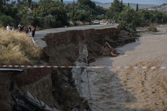 Η γέφυρα που βρίσκεται πάνω από τον Λήλαντα ποταμό στο Βασιλικό Ευβοίας, η οποία έχει υποστεί μερική κατάρρευση, όπως και το οδόστρωμα σε άλλα σημεία, ενώ έχουν πέσει κολώνες φωτισμού και πυλώνες υψηλής τάσης της ΔΕΗ εξαιτίας των καταστροφικών πλημμυρών την Κυριακή 9 Αυγούστου 2020. Η Αστυνομία έχει αποκλείσει το σημείο κι εκτρέπει τους οδηγούς. (EUROKINISSI/ΣΩΤΗΡΗΣ ΔΗΜΗΤΡΟΠΟΥΛΟΣ)