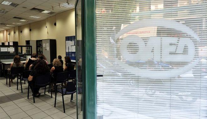 Πολίτες περιμένουν να εξυπηρετηθούν σε υποκατάστημα του ΟΑΕΔ στην Αθήνα. Παρασκευή 06 Σεπτεμβρίου 2013. Σύμφωνα με τα τελευταία στοιχεία που έδωσε η Eurostat, η ανεργία είναι στο 27,6 % ενώ στους νέους μέχρι τα 25 έτη φτάνει το 62,9% σε αντίθεση, τον Αύγουστο δημιουργήθηκαν 10.969 νέες θέσεις εργασίας εξαιτίας του αυξημένου τουρισμού.ΑΠΕ-ΜΠΕ/ΑΠΕ-ΜΠΕ/ΦΩΤΗΣ ΠΛΕΓΑΣ Γ.