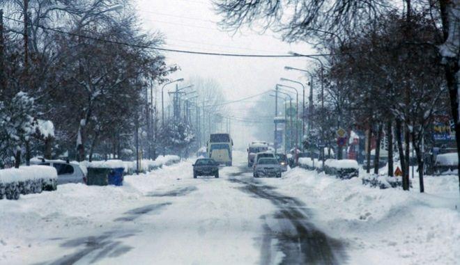 Έντονη χιονόπτωση στην πόλη των Τρικάλων την Τετάρτη 11 Ιανουαρίου 2017. Το χιόνι που ξεκίνησε να πέφτει από τις 4 τα ξημερώματα το μεσημέρι είχε φτάσει σε ύψος τους 40 πόντους δημιουργώντας προβλήματα τόσο στην κυκλοφορία πεζών και οχημάτων (τα οποία κυκλοφορούσαν μόνο με αντιολισθητικές αλυσίδες). Η θερμοκρασία δεν ξεπέρασε τους -4 βαθμούς και πολλά καταστήματα παρέμειναν κλειστά ενώ ο δήμος Τρικκαίων απο νωρίς το πρωΐ με την χρήση γκρέιντερ και άλλων μηχανημάτων κρατούσε ανοιχτές τις κεντρκές οδικές αρτηρίες της πόλης.  (EUROKINISSI/ΘΑΝΑΣΗΣ ΚΑΛΛΙΑΡΑΣ)