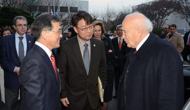Επίσημη επίσκεψη του Προέδρου της Δημοκρατίας Κάρολου Παπούλια στη Ν. Κορέα, η πρώτη Έλληνα Προέδρου στη χώρα. Στο στιγμιότυπο ο Πρόεδρος της Δημοκρατίας και η αντιπροσωπεία που τον συνοδεύει στην ξενάγηση στο Βιομηχανικό Σύμπλεγμα της Samsung Electronics, όπου και ενημερώθηκαν για τις μελλοντικές προοπτικές της εταιρείας. (EUROKINISSI/ΔΙΟΝΥΣΗΣ ΠΑΤΕΡΑΚΗΣ)