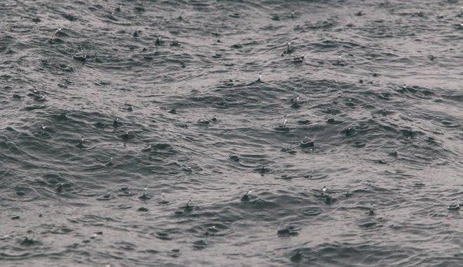 ΑΡΓΟΛΙΔΑ-Κακοκαιρία σήμερα σε Ναύπλιο  και  Άργος , το μεσημέρι ξέσπασε καταιγίδα μεγάλης έντασης// Στη φωτογραφία  βροχή στη θάλασσα στο λιμάνι του Ναυπλίου.(EUROKINISSI-ΒΑΣΙΛΗΣ ΠΑΠΑΔΟΠΟΥΛΟΣ)
