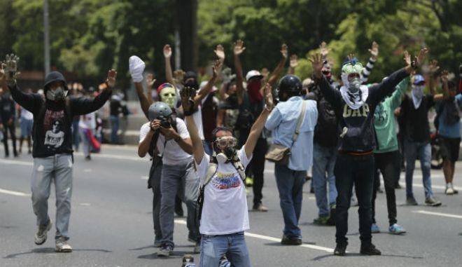 Βενεζουέλα: Δύο νεκροί, ο ένας 13χρονος, σε διαδηλώσεις κατά του Μαδούρο