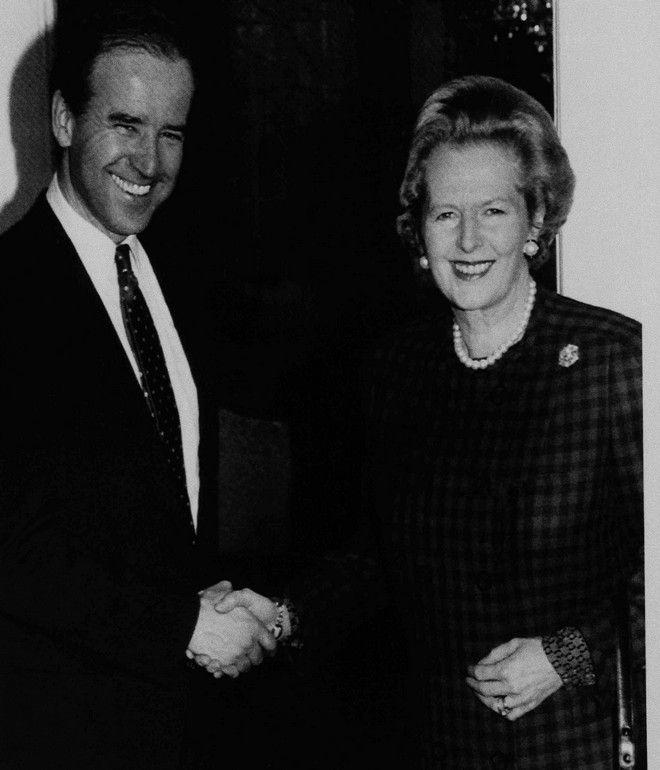 Ο Τζον Μπάιντεν τον Ιανουάριο του 1988 στο Λονδίνο με την τότε πρωθυπουργό της Μ. Βρετανίας Μάργκαρετ Θάτσερ