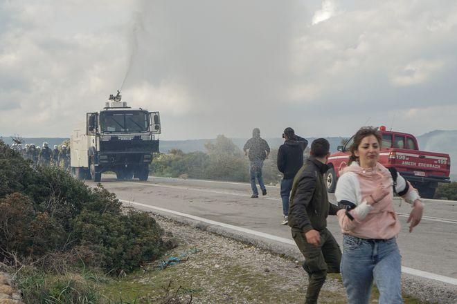 Επεισόδια μεταξύ της αστυνομίας και κατοίκων που αντιδρούν στην κατασκευή κλειστής δομής στη Λέσβο