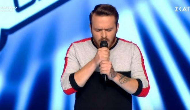 "The Voice: Αφιέρωσε το τραγούδι του στο κορίτσι του που ""έφυγε"" από τη ζωή"
