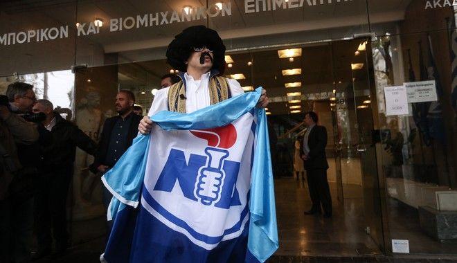 Τον Τσολιά της Ελληνοφρένειας συνάντησε ο Μεϊμαράκης έξω από τον ΕΒΕΑ