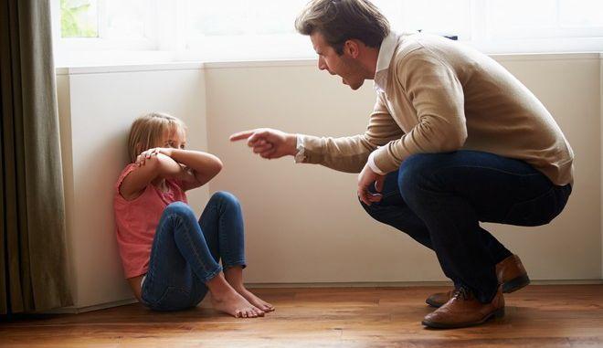 Πατέρας φωνάζει έντονα στην μικρή κόρη του.